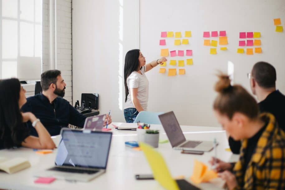"""Um RH estratégico é diferente de um RH considerado """"tradicional"""", pois otimiza a gestão de pessoas e embasa as tomadas de decisão com análises de dados."""