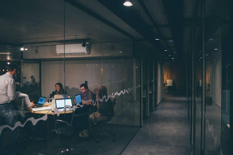 Com uma demanda crescente por cientistas de dados e um mercado com poucos profissionais qualificados, reter esses colaboradores é um desafio.